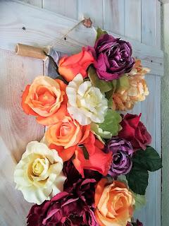dekoracja ścienna ze sztucznych kwiatów, zbliżenie