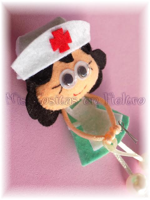 broche de fieltro, muñeca de fieltro, felt pin, felt art, Pequechiña, pequechiñas, niña fieltro, broche en fieltro, enfermera, broche enfermera, enfermera de fieltro, enfermera en fieltro, profesiones