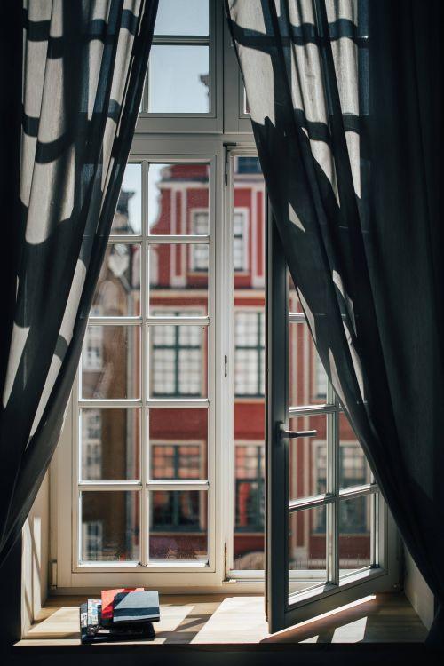 wysokie okna, zasłony