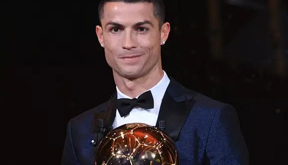 AGEN BOLA - Cristiano Ronaldo Raih Trofi Ballon d'Or 2017