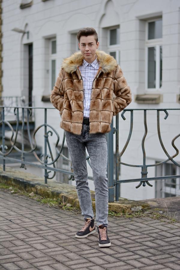deutscher Modeblogger. Outfit mit Kunstpelz und weißem Hemd