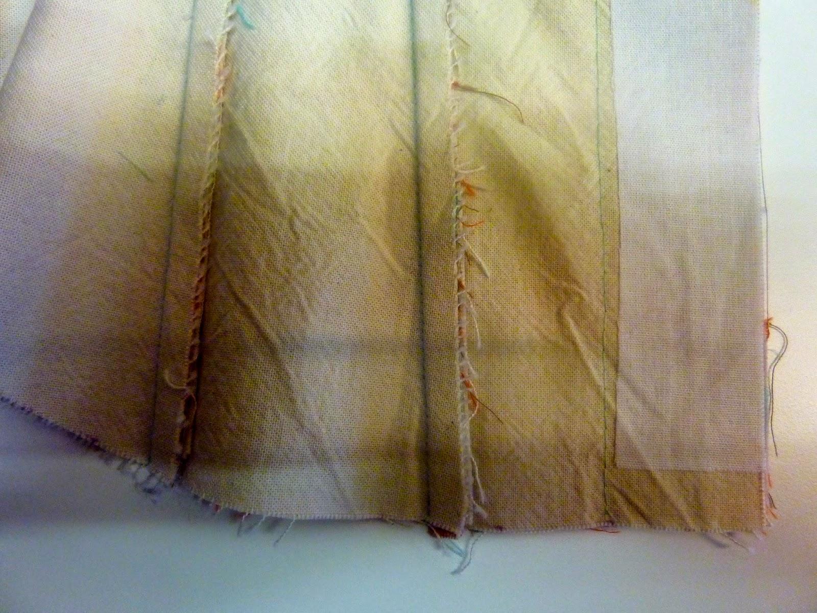 009e107beabaf2 Het corset bestaat uit drie lagen stof. De geruite buitenstof die ik  verstevigd heb met vlieseline. Een blauwe katoen die als voering dient.