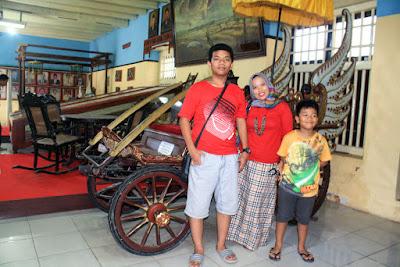 Kereta kencana di Museum Keraton Sumenep.
