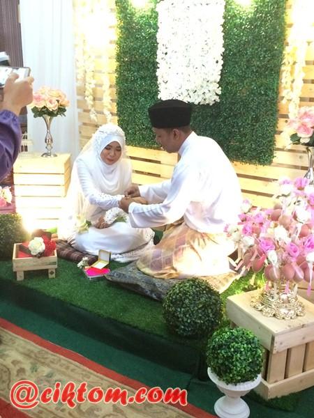 pengantin lelaki sarung bangle pada pengantin perempuan