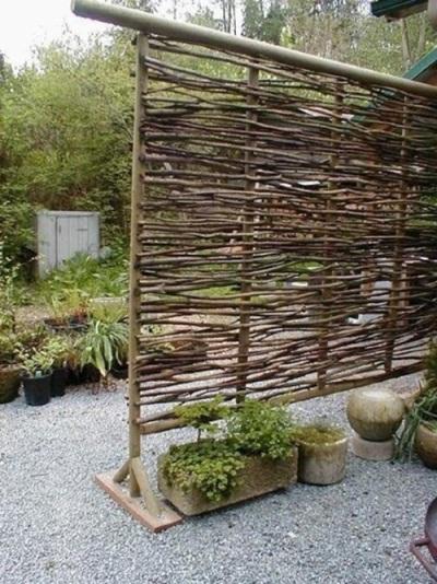 Tirai yang terbuat dari bambu atau ranting cocok digunakan sebagai privacy screen (sekat) di halaman belakang atau kebun.