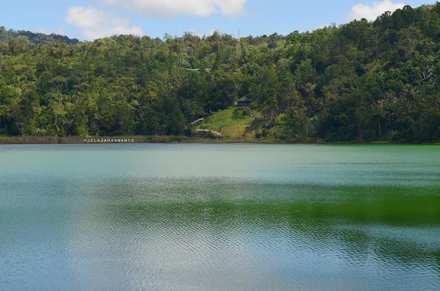 Rumah di seberang Danau Linow, Tomohon, Sulawesi Utara +jelajahsuwanto