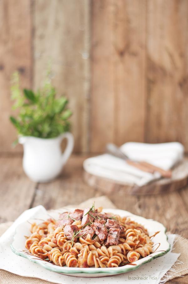La cocina de tesa fusilli con salchicha by jamie oliver for Jamie oliver utensilios de cocina