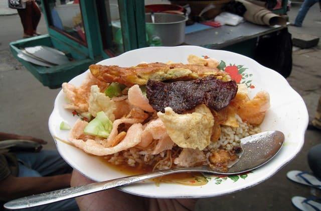 Mau yang berkuah atau kering? tinggal pilih aja sesuai dengan seleramu, Nasi Ulam khas Betawi dijamin maknyus
