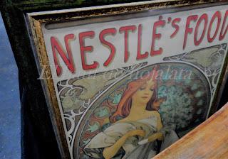 Antiguo cartel publicitario en feria de antiguedades