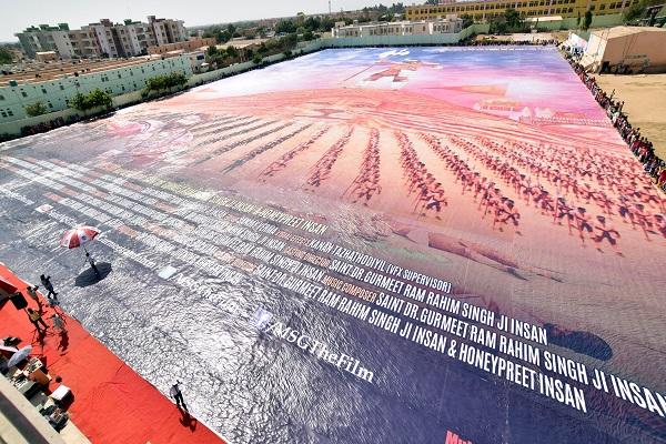 बाबा राम रहीम के प्रशंसकों ने बना डाला दुनिया का सबसे बड़ा फिल्म पोस्टर
