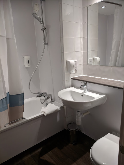 Are Travelodge SuperRooms worth it?  (Travelodge Windsor Central Review) - superroom bathroom