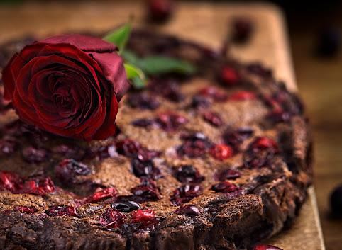 Tarta czekoladowa z czekoladowym kremem budyniowym i żurawiną