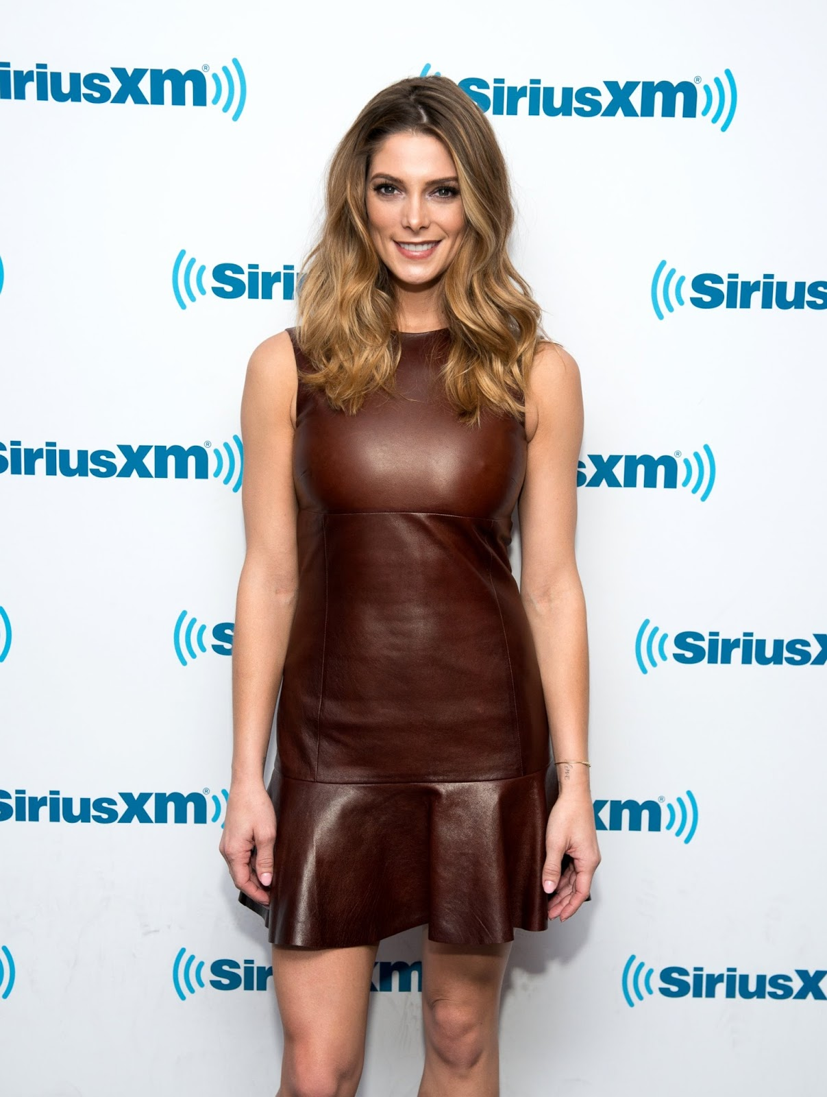 Ashley Greene wears a brown leather dress - Photo Ashley Greene 2016