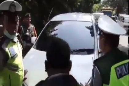VIDEO: Polisi dan TNI Nyaris Ketabrak Mobil yang Terjaring Razia, Sosok Driver Bikin Penasaran!