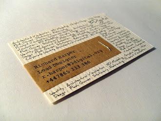 Dokulu ve eski kağıt üzerinde daktilo ve el yazısıyla hazırlanmış eski görünümlü bir kartvizit