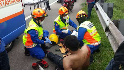 Students helping a patient who had hematemesis and unable to stretch his knee in Bukit Jalil.