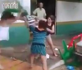 Borracho Golpeado por Mujeres