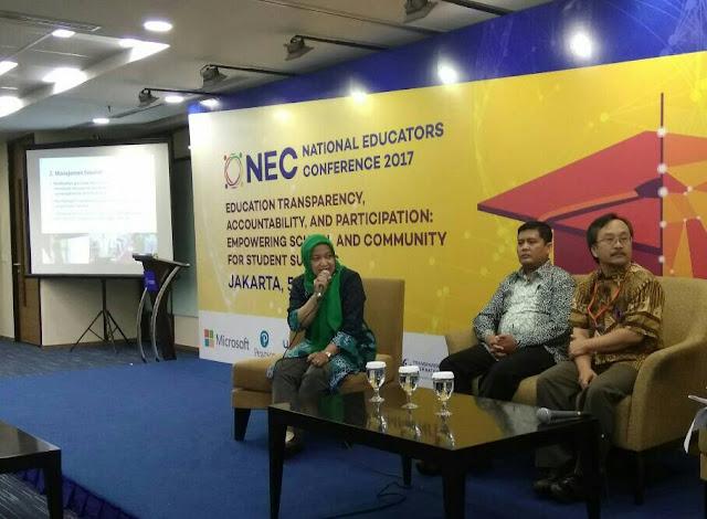 Sri Winarni (kiri), kepala SDN Sumbergondo 2 Batu, memaparkan pengalamannya menerapkan akuntabilitas, transparansi, dan partisipasi masyarakat untuk menjamin keberhasilan belajar para siswanya pada acara NEC 2017.