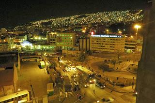 Vista noturna de La paz. Cervejaria boliviana.