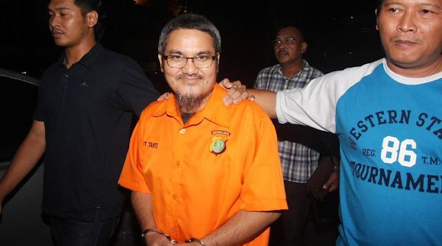 Jonru Ginting (tengah) berjalan keluar dari ruang penyidikan dengan pengawalan petugas kepolisian usai menjalani pemeriksaan lanjutan di Ditreskrimsus Polda Metro Jaya, Jakarta, Minggu, 1 Oktober 2017. Penyidik Ditreskrimsus Polda Metro Jaya telah melakukan penahanan terhadap Jonru