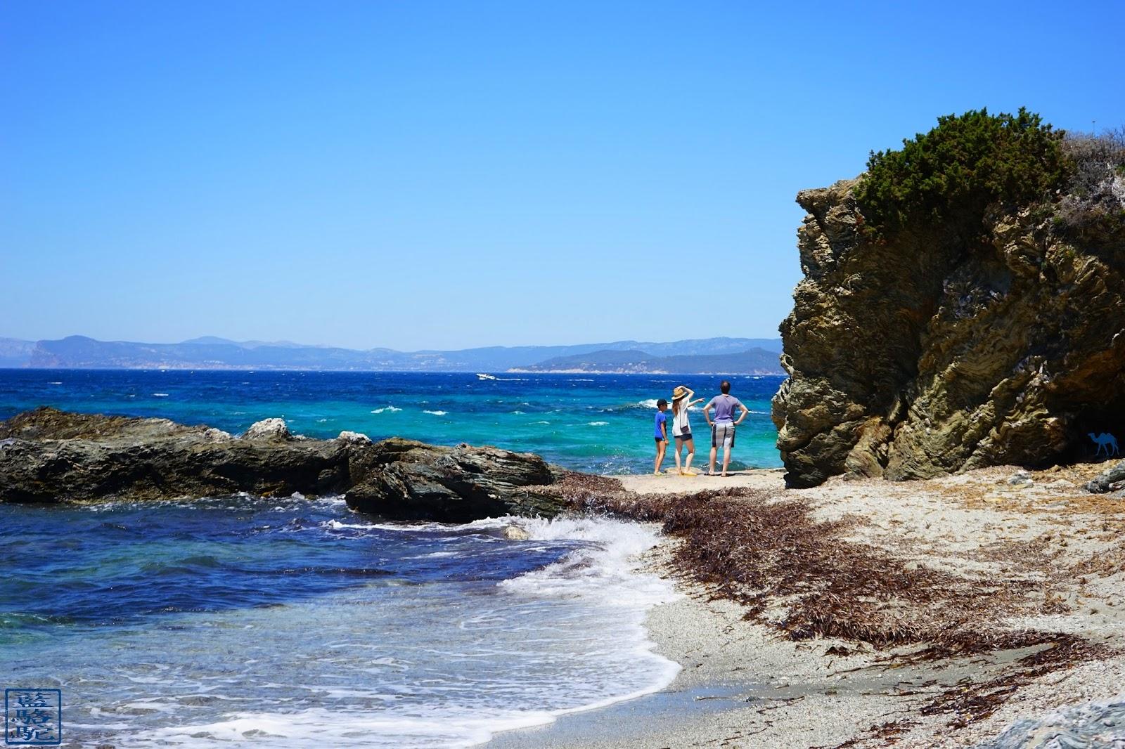 Le Chameau Bleu - A la recherche d'une nouvelle crique  de l'île des Embiez