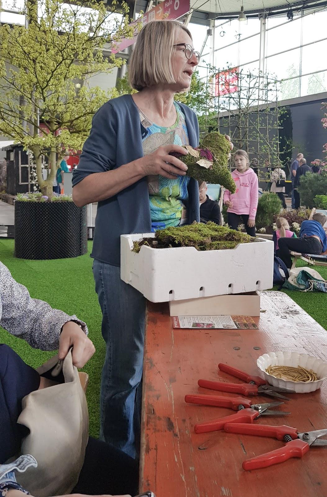 Kreativ Workshop mit Eleonore Schick Gartenmesse Stuttgart DIY Deko mit Moos. Einfach selber machen. Dekoidee aus Heu, Draht, Moos und Blüten Basteln und Kreativsein
