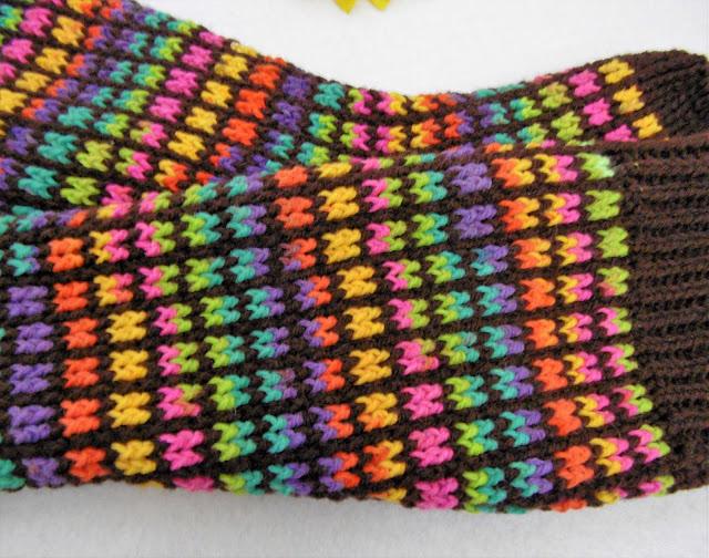 -heegeldatud -vikerkaar -tumepruun -taust -põlvikud -sokid -crochet -rainbow -brown -socks -kneesocks -slippers -homewear