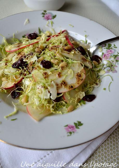 Salade aux choux de Bruxelles râpés et pommes cranberries