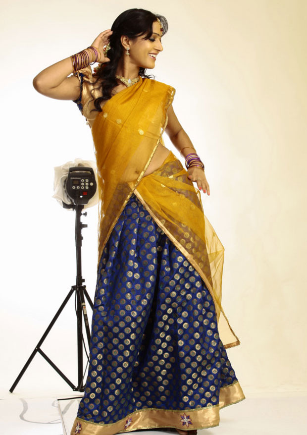 glamorous Divya singh hot navel show in half saree
