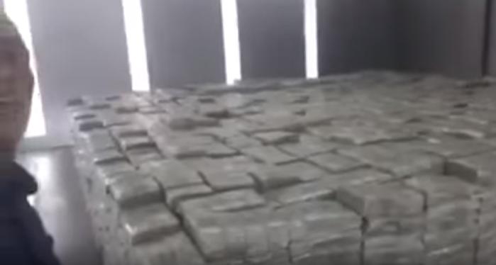 ممثل مصري يكشف عن خزنة في منزله بحجم غرفة كلها دولارات طلب بقراءة المعوذتين منعا للحسد ...