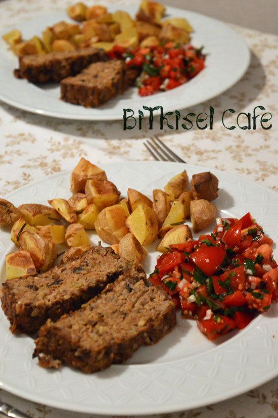 Fırında Mantar ve Tofulu Köfte, Biberiyeli Patates ve Domates salatası
