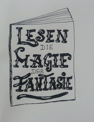 das Lettering heißt: LESEN DIE MAGIE DER FANTASIE
