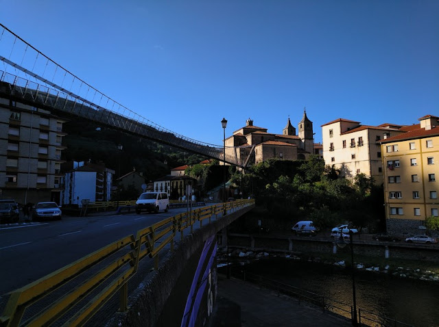 Cangas del Narcea por el Puente Colgante con la Colegiata de Santa María Magdalena al fondo