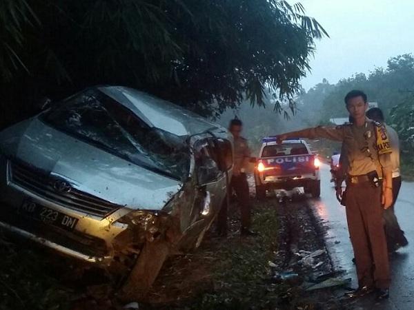 Mobil Kijang Innova Terguling Gara-gara Ban Masuk Beram