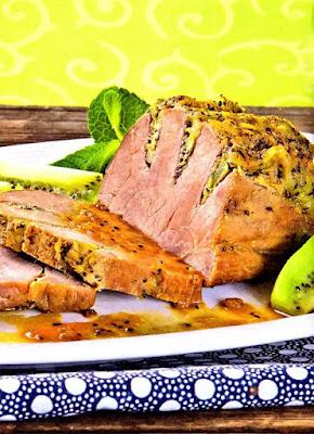 Телятина ( мякоть ) - 1 кг; Киви - 2-3 штуки; Эстрагон - 1 веточка; Перец черный молотый - по вкусу; Соль - по вкусу; Соус сырный ( или любой) - для подачи; Рис или овощи отварные ( на гарнир) - по желанию.