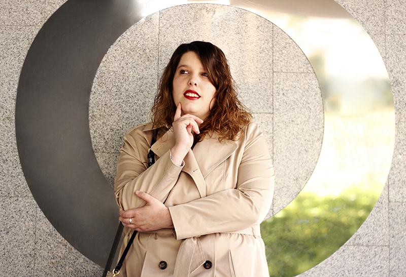 Outfit basico con gabardina beige V. Look hecho por Almudena Duran Arnaiz