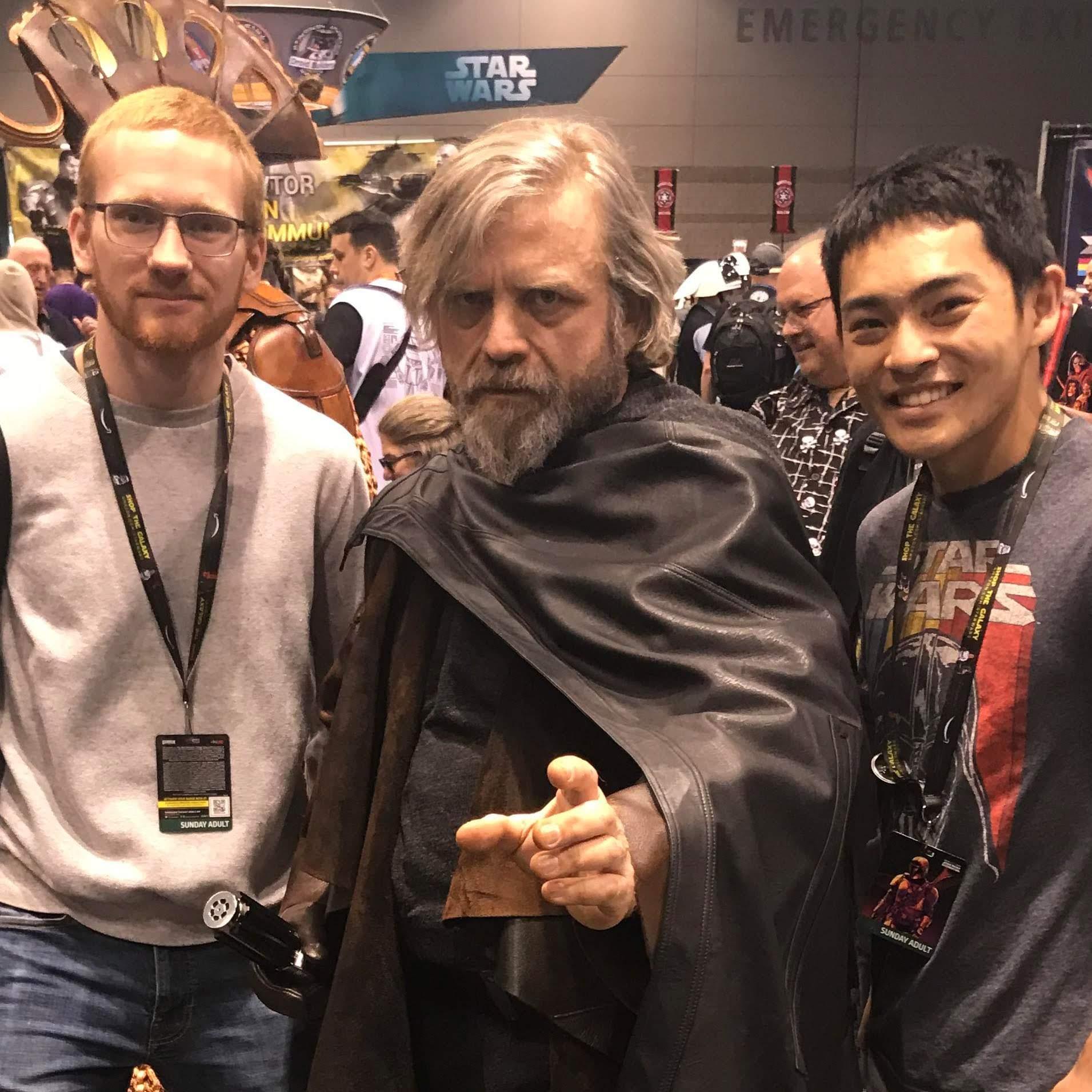 Fluke Skywalker at Star Wars Celebration Chicago : スター・ウォーズ・セレブレーションの会場で、誰もがマーク・ハミルがお忍びで来たのか ? ! とビックリしたルーク・スカイウォーカーなりきりのおじさんは、コスプレで稼いだギャラ全額を児童福祉に寄付している光のフォースを持った真のジェダイの騎士だった ! !