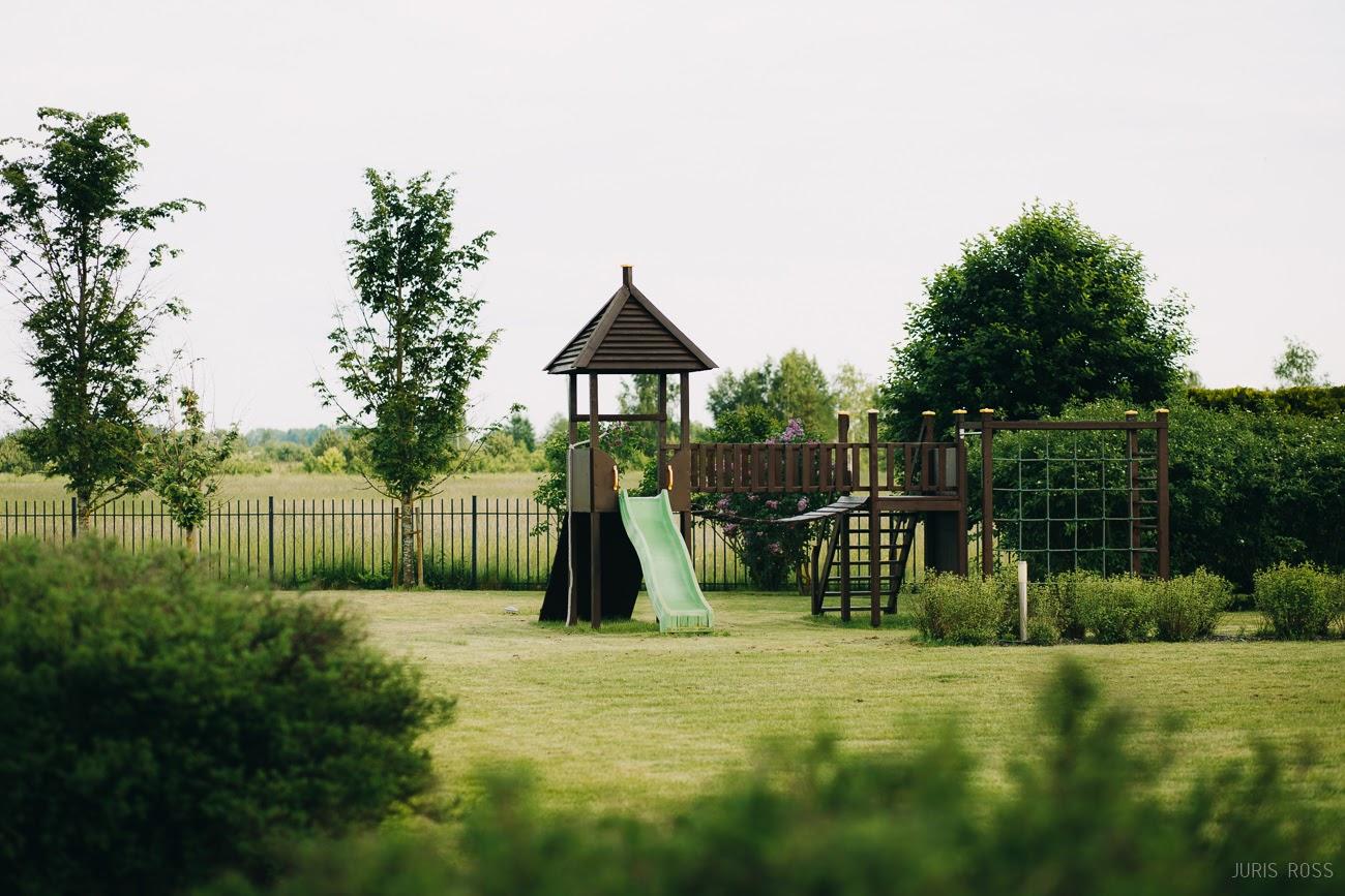 bērnu spēļu laukums privātmājā