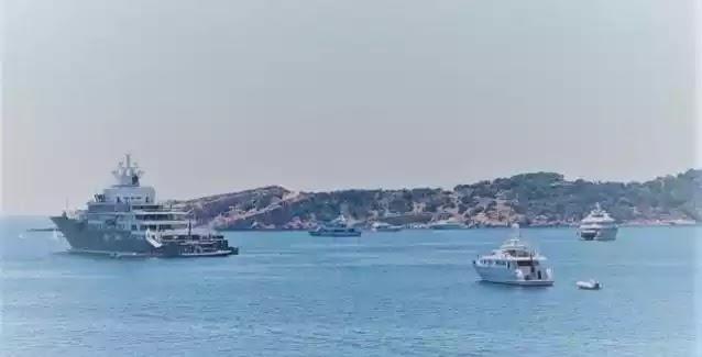 Σκάφος σε καραντίνα 400 μέτρα από τη στεριά στη Βουλιαγμένη: Τι λέει ο κυβερνήτης..ΒΙΝΤΕΟ