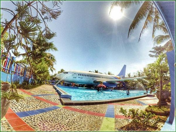 Pesawat Terbang Boeing 737 dan Kolam Renang Di Foto Keindahan Pantai Suwuk Kebumen - Destinasi Wisata Paling Lengkap Untuk Keluarga