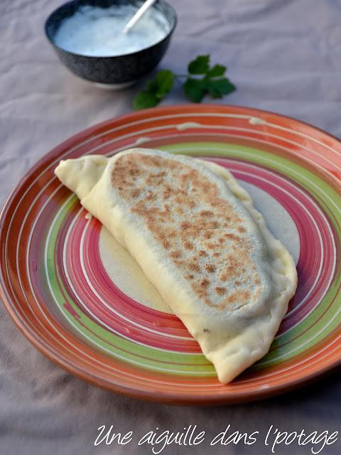 Gözleme, pain plat turc farci à la viande hachée et feta