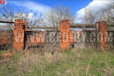 Родники. Руины стен с воротами