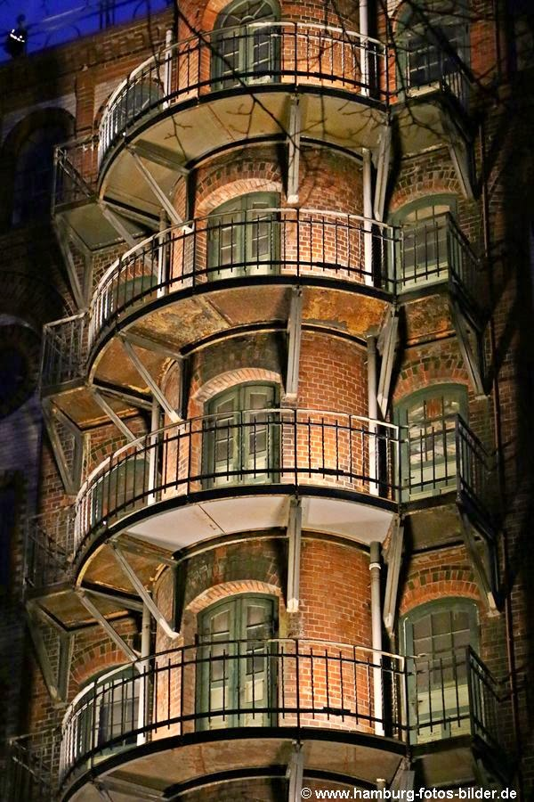 Speicherstadt Hamburg bei Nacht, beleuchtete Balkone der Westpahlentürme