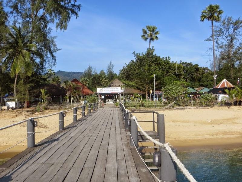Пляж у пирса Ломпрайя