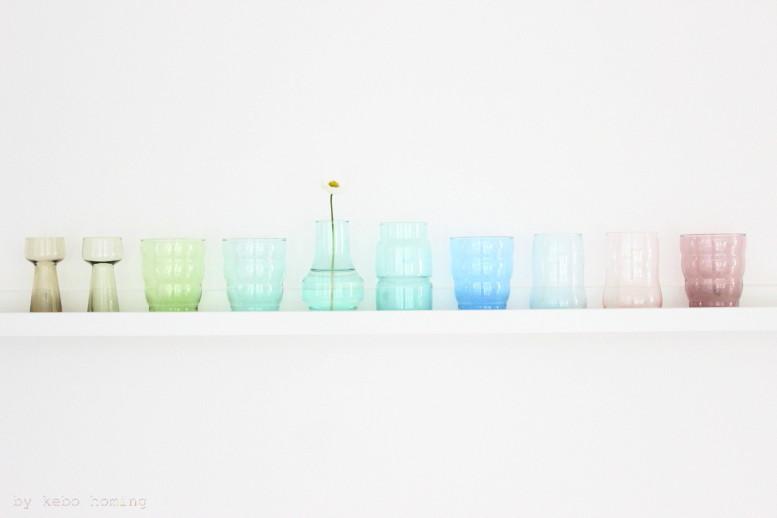 meinshelfie im April steht ganz im Zeichen von Skandinavien und seiner wunderbaren Glaskunst, Gläser in zarten Frühlingsfarben und ein Gänseblümchen beim Südtiroler Food- und Lifestyleblog kebo homing, Styling und Fotografie
