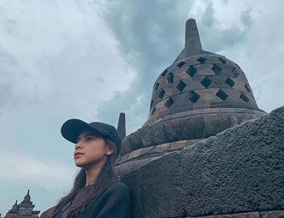 Cathy Fakandi di Candi Borobudur