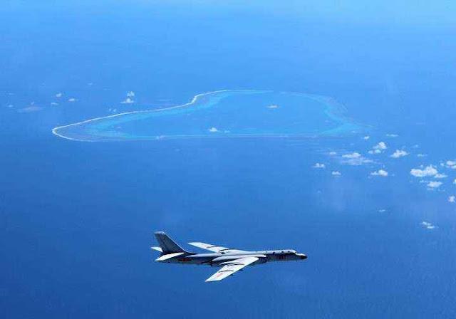 Bombardeiro chinês H-6K sobre as ilhas e recifes que a China tenta se apropriar sem Direito.