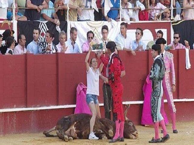 Mujer Salta A La Arena Para Proteger A Un Toro Con Su Vida
