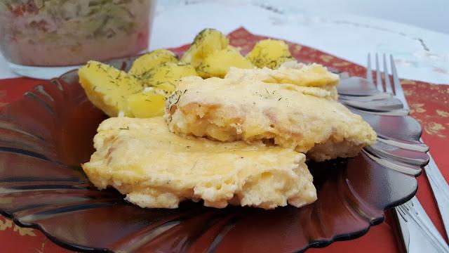 Filet z dorsza zapiekany pod serowo-czosnkową pierzynką.