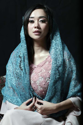 Lingkar dada besar Aura Kasih Tampil Cantik dengan Kerudung Biru